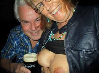 Im Biergarten mit zwei Männern. Es gab Guinnes on the tits