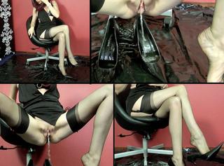 Nylonlady Pisst in ihre Heels!
