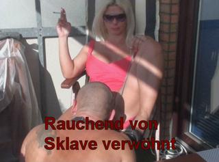 Rauchend von Sklave werwöhnt