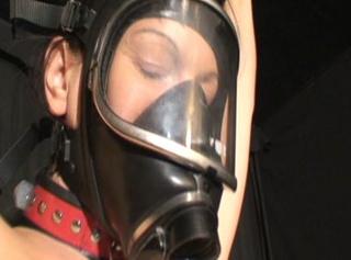 Gasmaske und Spanking