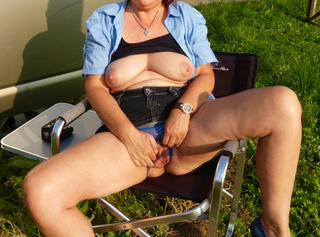 versaute Hausfrau beim campen erwischt